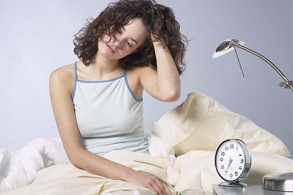 Вы работаете за столом, а вы все еще сонный? Почитайте, почему хроническая сонливость может быть опасной