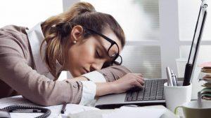 Вы работаете за столом, а вы все еще сонный