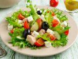 Познакомьтесь с рецептами новогодних салатов, которые вы приготовите за 15 минут.