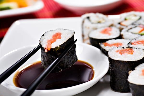 Соевый соус — отличное дополнение к азиатским и европейским блюдам.