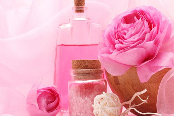 Розовая вода: свойства и как ее использовать?